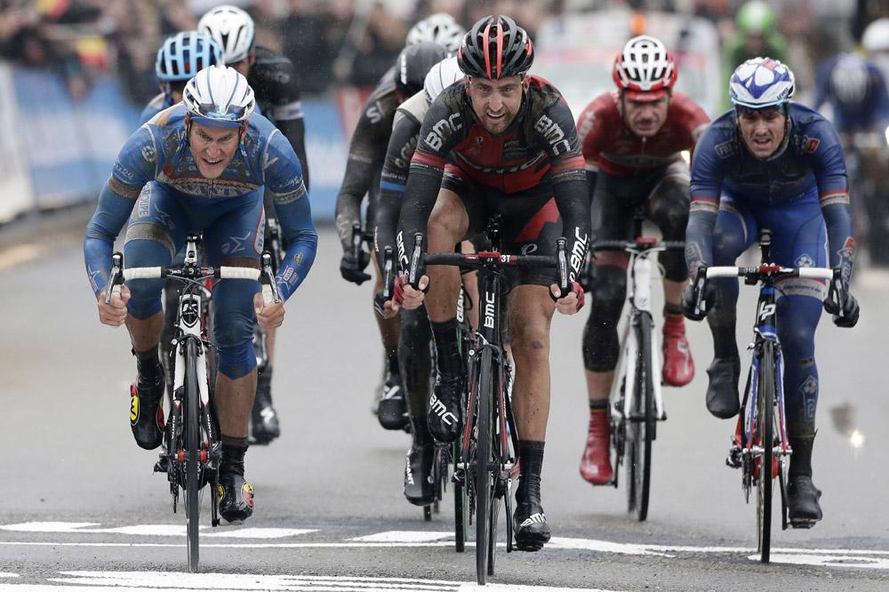 Taylor Phinney, Jempy Drucker et Arnaud Démare, très éprouvés à l'arrivée du Circuit Het Nieuwsblad