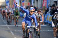 Nacer Bouhanni hisse un bras victorieux