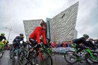 Le départ du Giro devant le monument rendant hommage au Titanic