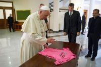 Le pape François bénit le maillot rose du Giro 2014