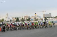 Le peloton du Giro avance avec prudence sur le circuit de Bari