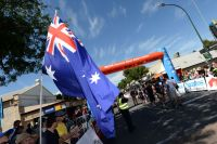 Le drapeau australien flotte au départ du Tour Down Under