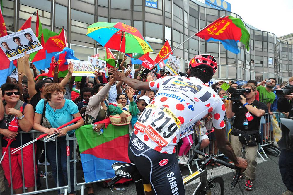 Les supporters érythréens saluent le Maillot à Pois Daniel Teklehaimanot