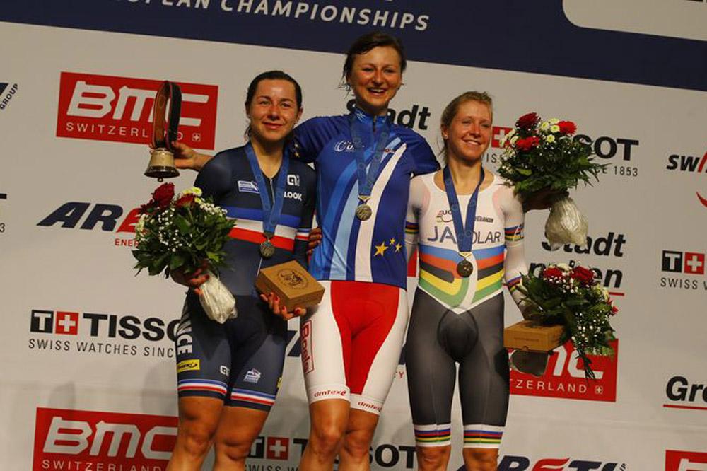 Elise Delzenne monte sur le podium des Championnats d'Europe