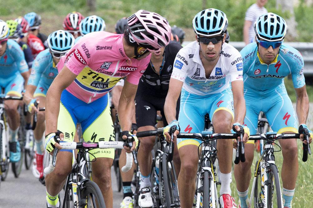 Alberto Contador se retourne sur Fabio Aru