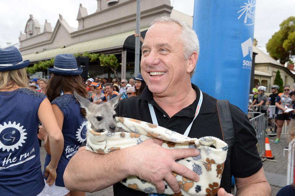 Un bébé kangourou dans les bras de Greg LeMond