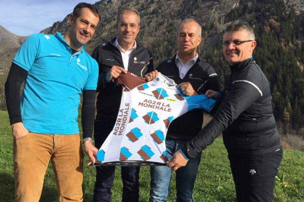 Julien Jurdie, Philippe Chevallier, Vincent Lavenu et Laurent Biondi dévoilent le nouveau maillot d'Ag2r La Mondiale.