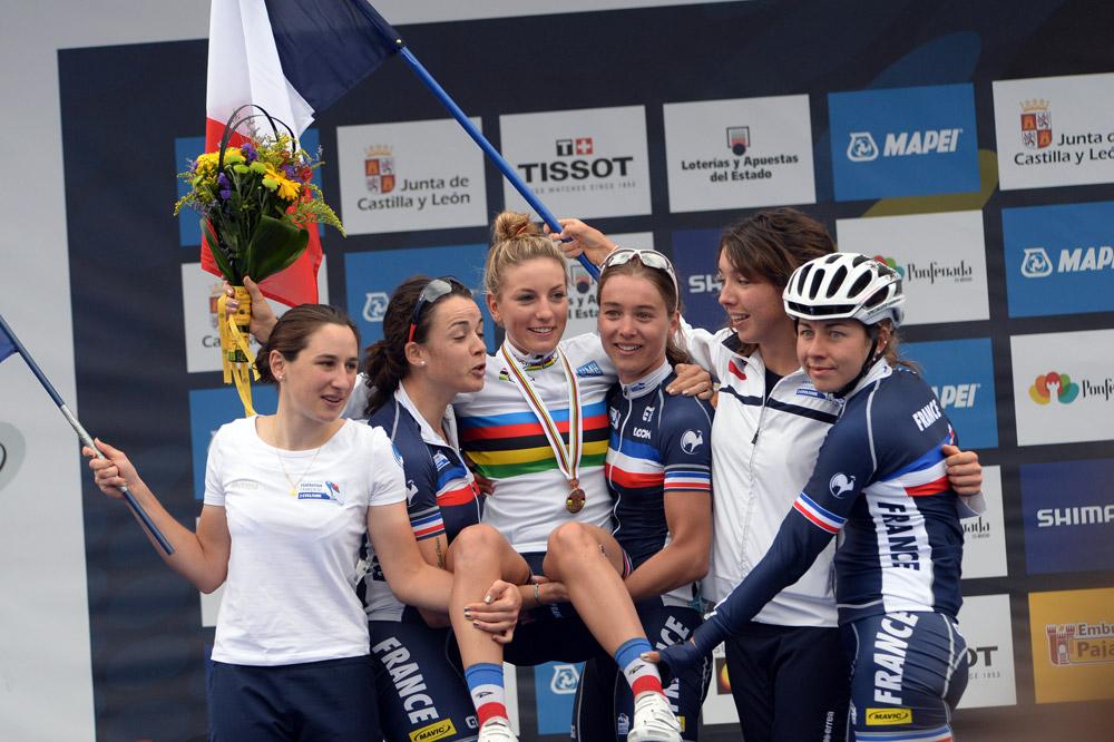 L'équipe de France féminine porte Pauline Ferrand-Prévot en triomphe