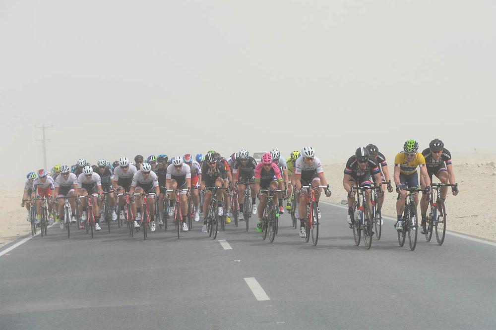 Le peloton du Tour du Qatar traverse une tempête de sable