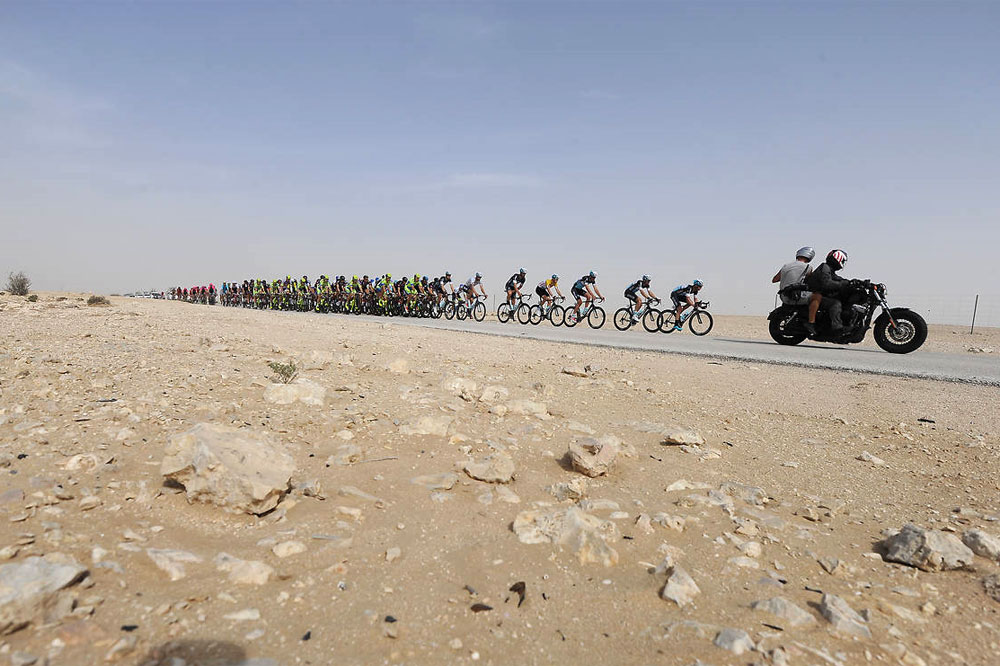 Le peloton visite le désert du Qatar