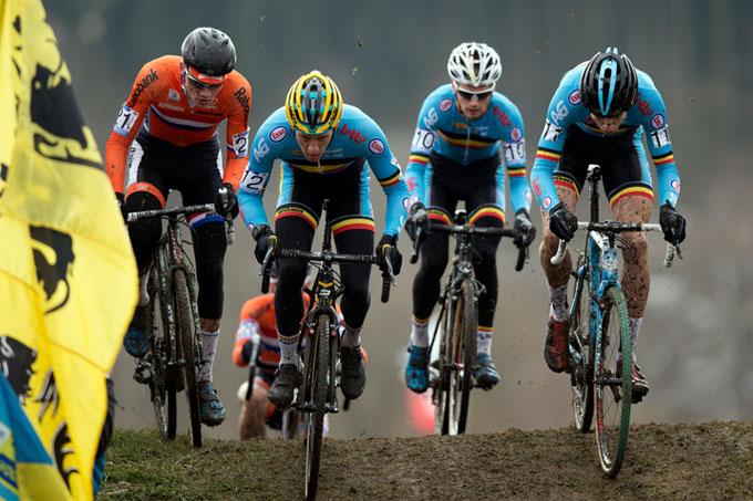 Tom Meeusen et Wout Van Aert lancent la course, Mathieu Van Der Poel veille