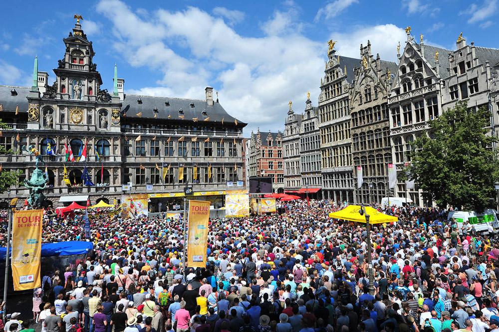 La Grand-Place d'Anvers noire de monde pour accueillir le Tour