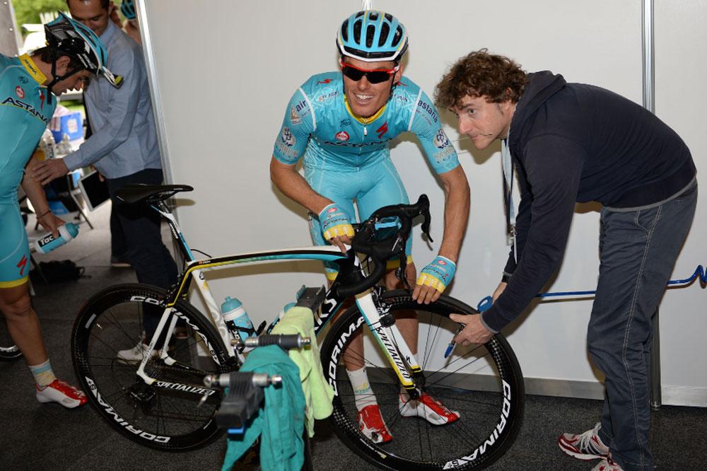 Luis-Leon Sanchez vérifie la pression de ses boyaux