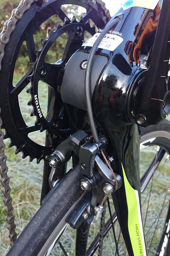 À l'arrière l'étrier de frein est situé à la jonction du boîtier de pédalier et des bases