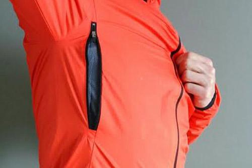 Les larges ouvertures zippées assurent à cette Rain Jacket une vraie respirabilité