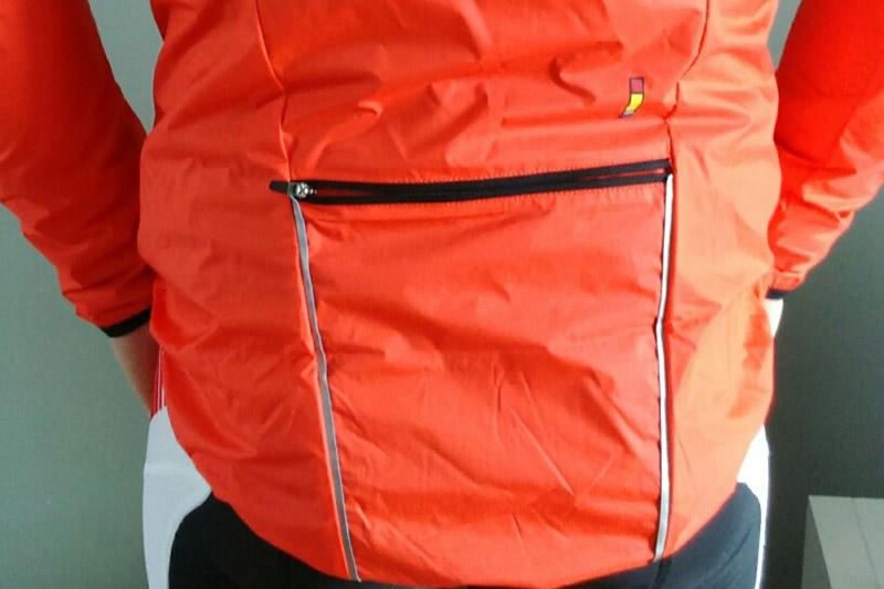 Une poche zippée totalement hermétique est placée à l'arrière
