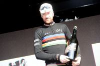 Bradley Wiggins affiche un maillot arc-en-ciel stylisé