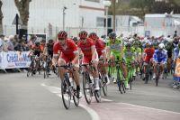 L'équipe Cofidis à la manoeuvre pour Nacer Bouhanni, en arrière-plan