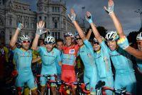 Fabio Aru célèbre sa victoire avec ses coéquipiers
