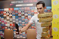 Alberto Contador se prête au selfie avec le trophée du Giro