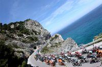 Le peloton du Giro le long de la Riviera du Ponant
