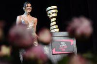 Le trophée du Giro et sa gardienne