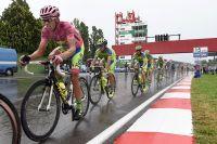 Alberto Contador vigilant sur le circuit humide d'Imola