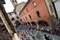Le peloton du Giro dans les ruelles d'Imola