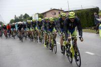 L'équipe Tinkoff-Saxo protège Alberto Contador sous la pluie
