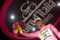 Bras gauche immobile, Alberto Contador reste en rose