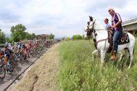 Le peloton du Giro salué