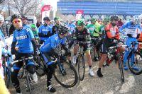 Le peloton discute au départ du GP La Marseillaise