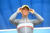 Manuel Belletti ajuste sa casquette sur le podium