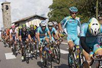 Le peloton emmené par l'équipe Astana franchit le sommet de la Madonna del Ghisallo