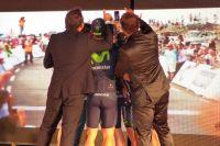L'équipe Movistar fait un selfie sur la scène