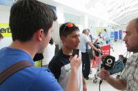 Nairo Quintana interrogé par la presse juste après son arrivée en Argentine