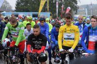Les coureurs de Paris-Nice, ici Nacer Bouhanni et Michal Kwiatkowski, se recueillent après le drame de Dropped