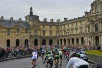 Le peloton passe à proximité du Louvre