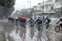 Le peloton de Tirreno-Adriatico évolue sous la pluie toute la journée