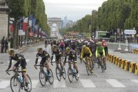 Le peloton déboule sur les Champs-Elysées au pavé humide