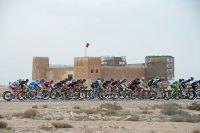 Le peloton passe devant un fort au Qatar