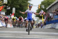 Peter Sagan coupe la ligne en champion du monde
