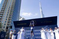 Mark Cavendish reçoit son trophée à l'ombre de la Burj Khalifa