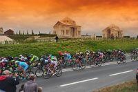 Les coureurs devant le Mémorial australien de Villers-Bretonneux