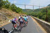 Le Tour de France sous le viaduc de Millau