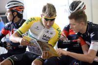Le champion d'Australie Heinrich Haussler étudie le livre de route