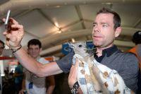 Cadel Evans fait un selfie avec un bébé kangourou