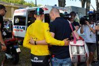 Epaulé par son staff, Tony Martin prend la direction de l'ambulance