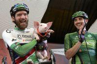 Dan Craven s'amuse avec un petit cochon sous le regard hilare de Vincent Jérôme