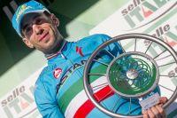 Vincenzo Nibali pose avec le trophée du vainqueur du Tour de Lombardie